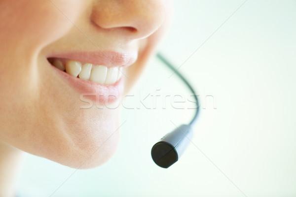 Telemarketing sorridere operatore consultazione microfono bocca Foto d'archivio © pressmaster