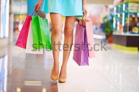 Kobiet obraz spaceru w dół centrum Zdjęcia stock © pressmaster