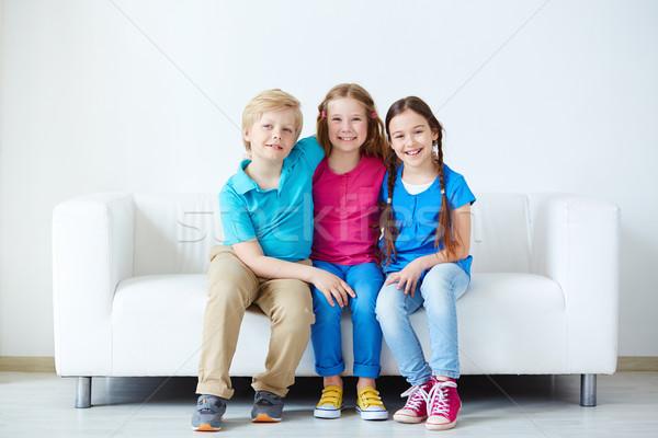 Foto stock: Cariñoso · ninos · tres · pequeño · amigos · mirando