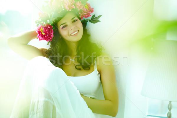Stock fotó: Nő · gyönyörű · nő · fehér · ruha · néz · kamera · boldog