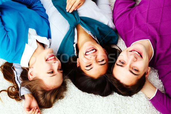 Felicidade acima ângulo extático amigos olhando Foto stock © pressmaster