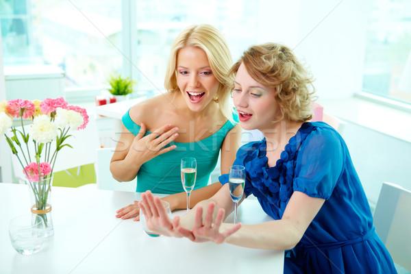 Adorazione magnifico ragazze guardando manicure uno Foto d'archivio © pressmaster