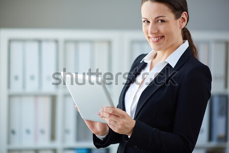 Mujer de negocios touchpad jóvenes mirando cámara oficina Foto stock © pressmaster