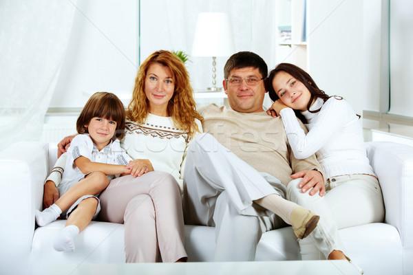 Foto stock: Familia · sofá · foto · familia · feliz · mirando · cámara