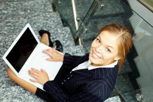 Mutlu uzman işkadını dizüstü bilgisayar bakıyor kamera Stok fotoğraf © pressmaster