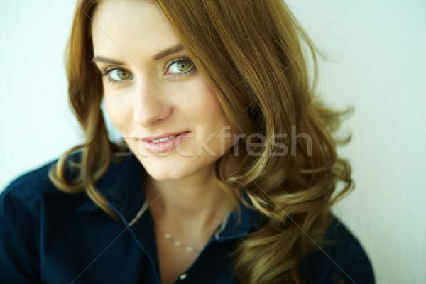 Flörtölő néz közelkép lövés gyönyörű lány mosolyog Stock fotó © pressmaster