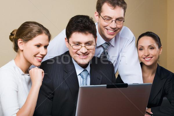 Foto stock: Perfecto · resultado · trabajo · en · equipo · exitoso · equipo · de · negocios · lectura