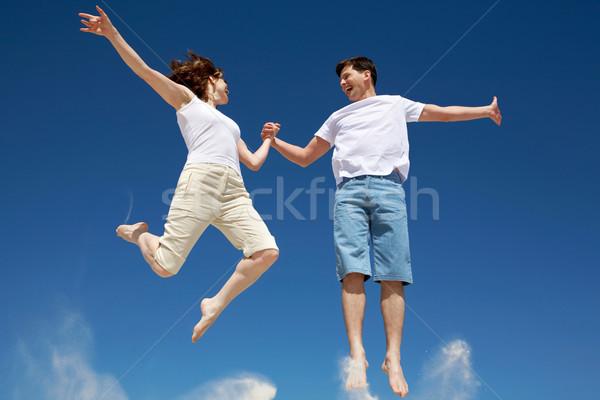 Jumping cuplu fotografie fericit sări luminos Imagine de stoc © pressmaster