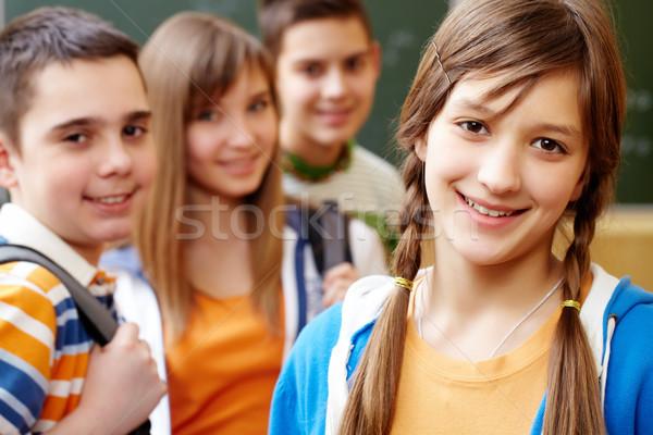 Foto d'archivio: Giovane · ragazza · studente · guardando · fotocamera · amici · dietro