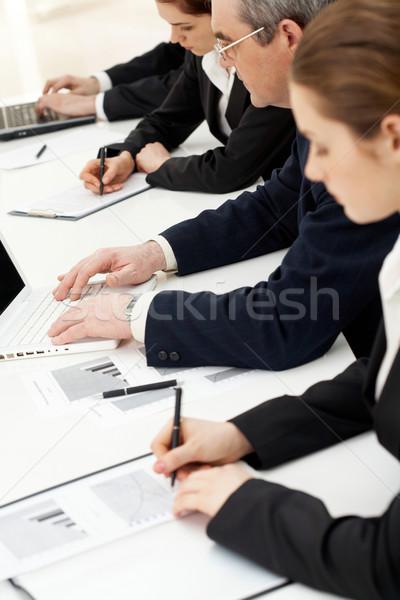 Briefing afbeelding rij mensen schrijven papieren Stockfoto © pressmaster