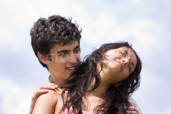 Intimitás fotó jóképű férfi átkarol gyönyörű nő égbolt Stock fotó © pressmaster