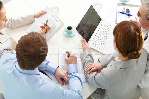 Reunião quatro pessoas de negócios trabalhando negócio computador Foto stock © pressmaster