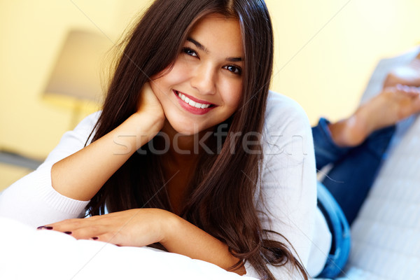 Dziewczyna domu młoda dziewczyna sofa patrząc kamery Zdjęcia stock © pressmaster