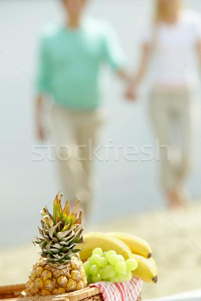 Owoce koszyka Fotografia spaceru para żywności Zdjęcia stock © pressmaster