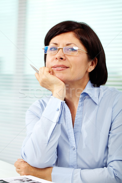 Pracodawca dojrzały kobieta interesu okulary patrząc kamery Zdjęcia stock © pressmaster