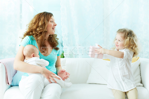 Ajándék anyuka aranyos kislány meglepő anya Stock fotó © pressmaster