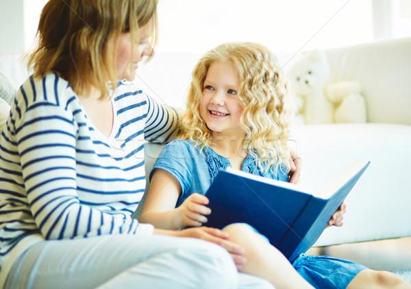 Történet portré aranyos lány hallgat anya Stock fotó © pressmaster