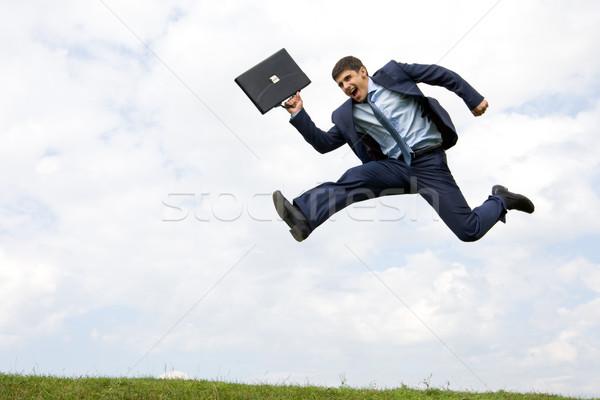 Triumf przystojny biznesmen garnitur zielona trawa mętny Zdjęcia stock © pressmaster