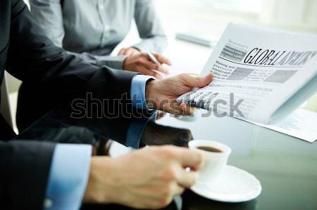 Ochtend kantoor afbeelding mannelijke hand krant Stockfoto © pressmaster