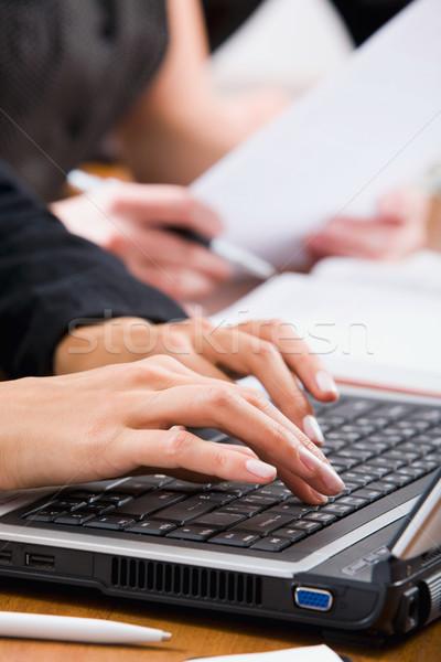 Parmaklar eller yazarak klavye çalışmak Stok fotoğraf © pressmaster