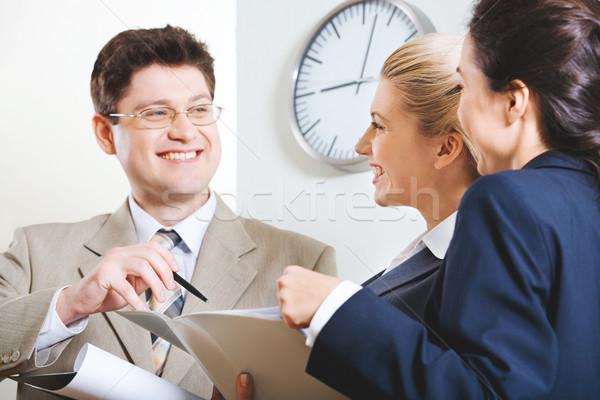 Conversa retrato três pessoas de negócios escritório Foto stock © pressmaster