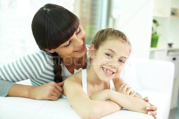 Garde d'enfants portrait fille heureuse regarder caméra mère Photo stock © pressmaster