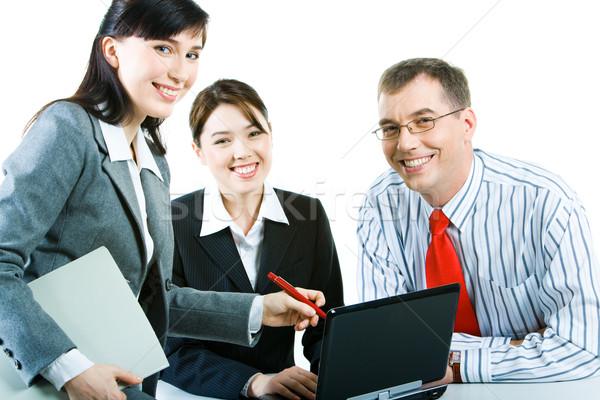üzleti csoport üzletemberek néz kamera megbeszél számítógép Stock fotó © pressmaster