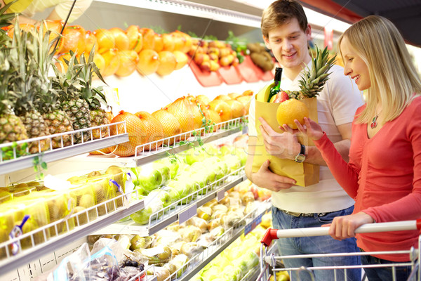 Supermarché portrait couple fruits alimentaire Photo stock © pressmaster