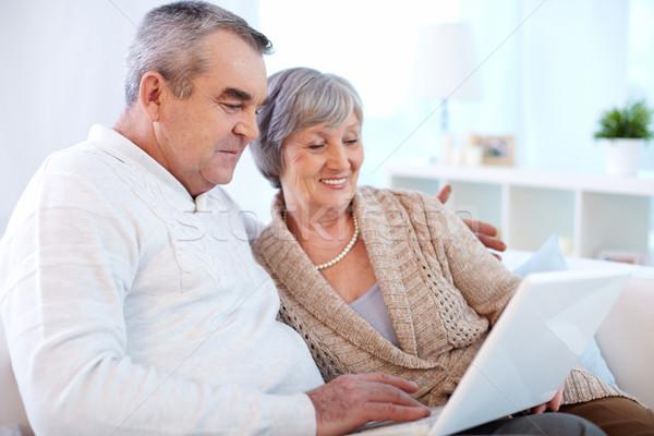 Zakupy online starszy para surfing netto komputera kobieta Zdjęcia stock © pressmaster