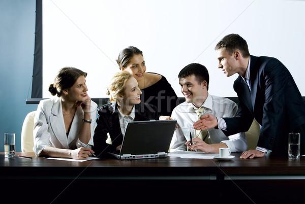 érdekes javaslat nagyobb csoport fiatal üzletember együtt Stock fotó © pressmaster