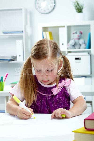 Meisje tekening portret Geel markeerstift onderwijs Stockfoto © pressmaster