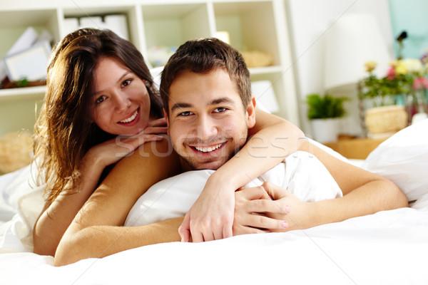 единения счастливым кровать глядя камеры Сток-фото © pressmaster