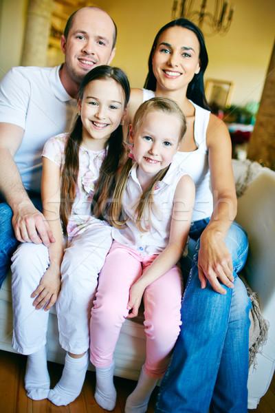 家庭 沙發 幸福的家庭 看 相機 微笑 商業照片 © pressmaster