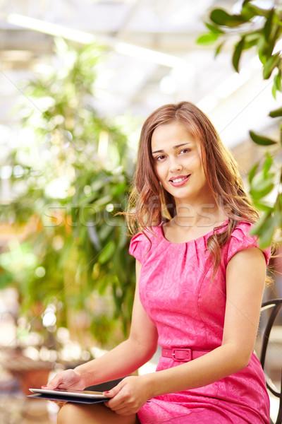 Weiblichen Touchpad liebenswert Mädchen Sitzung Mall Stock foto © pressmaster