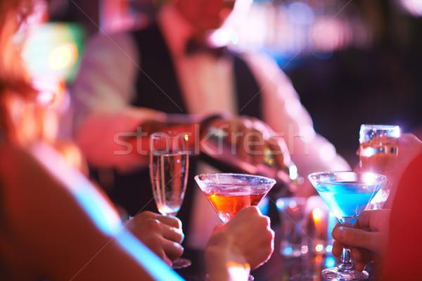 マティーニ シャンパン 手 若者 バー ストックフォト © pressmaster