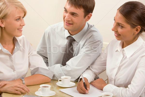 Informal reunión de negocios grupo jóvenes junto Foto stock © pressmaster