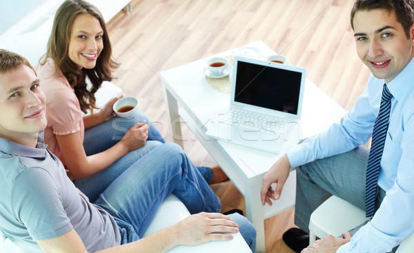 Asesor vista jóvenes reunión financieros Foto stock © pressmaster