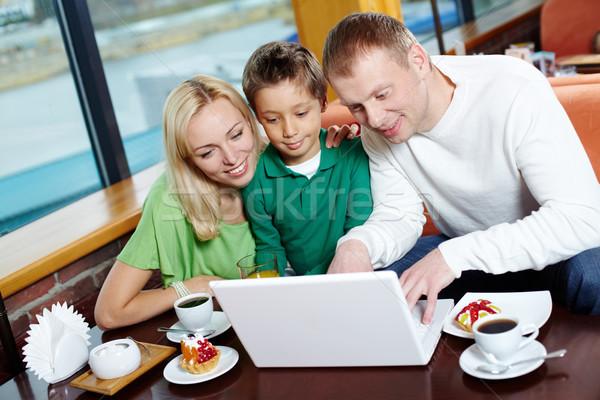 Kafe wifi ebeveyn erkek çocuk sörf Stok fotoğraf © pressmaster