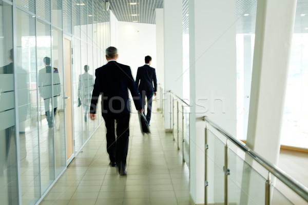 Сток-фото: ходьбе · коридор · бизнесменов · внутри · офисное · здание · бизнеса
