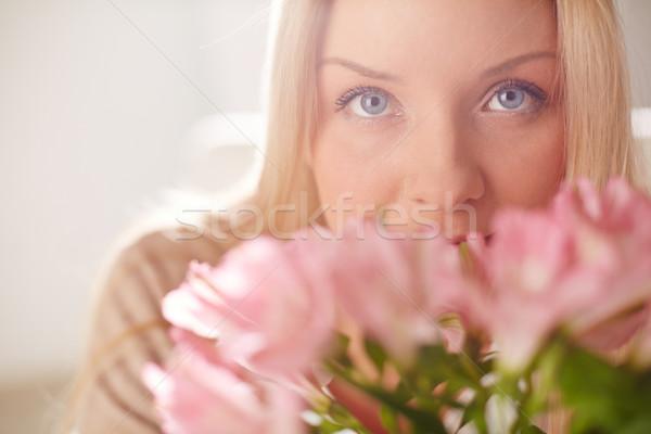 Gyengédség tavasz portré hölgy néz kamera Stock fotó © pressmaster