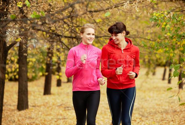 Zdjęcia stock: Znajomych · dwa · dziewcząt · jogging · jesienią