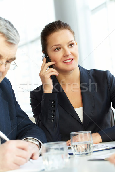 Tárgyalás fiatal üzletasszony beszél telefon üzlet Stock fotó © pressmaster