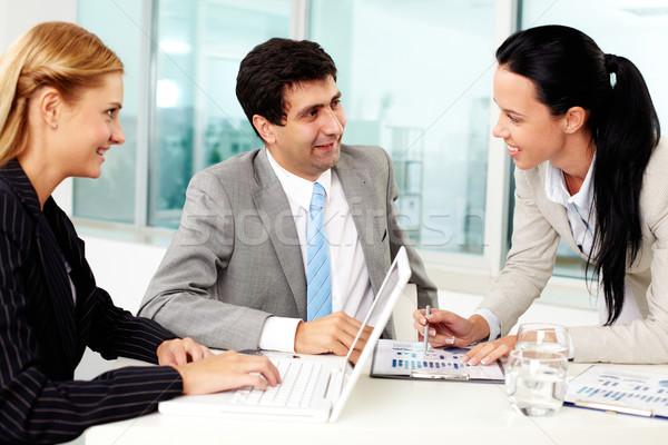 Stockfoto: Werk · groep · drie · zakenlieden · bespreken · ideeën