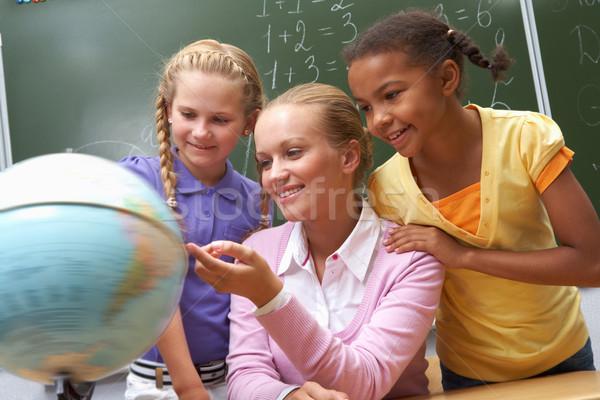 Luisteren toelichting portret leerlingen naar wereldbol Stockfoto © pressmaster