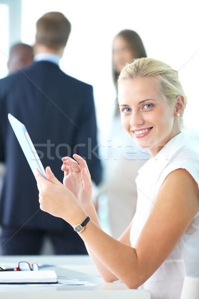 Frau Touchpad Porträt ziemlich Geschäftsfrau schauen Stock foto © pressmaster