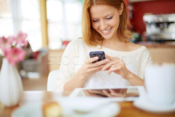 Serbest zaman görüntü genç kadın okuma sms Stok fotoğraf © pressmaster