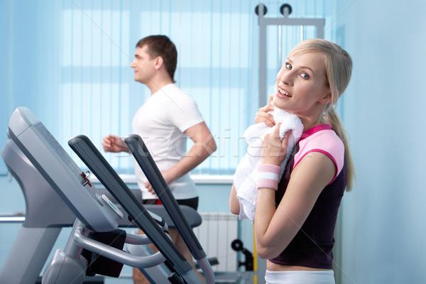 Intensive formation jeune femme sueur serviette gymnase Photo stock © pressmaster