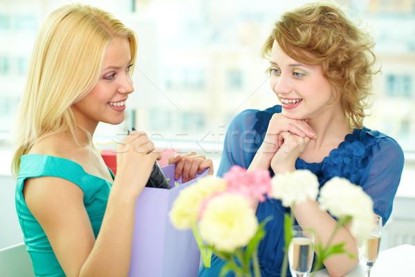 Verjaardag grootst moment jong meisje tonen verrassing Stockfoto © pressmaster