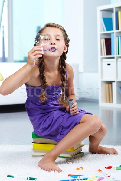 Buborékfújás portré aranyos lány fúj szappanbuborékok Stock fotó © pressmaster
