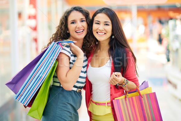 Consumenten mall prachtig vriendinnen naar camera Stockfoto © pressmaster